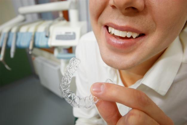 Glimlachende man met siliconen mond bewaker