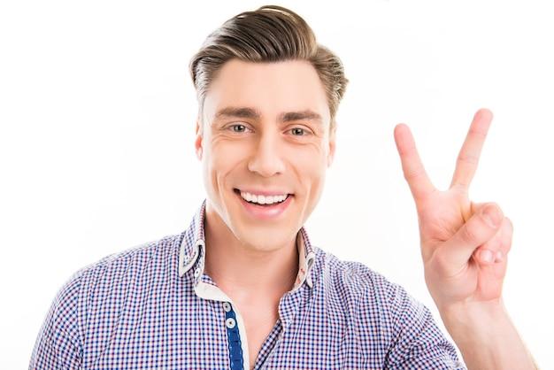 Glimlachende man met twee vingers