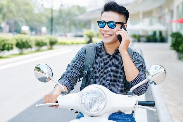 Glimlachende man rijden op scooter