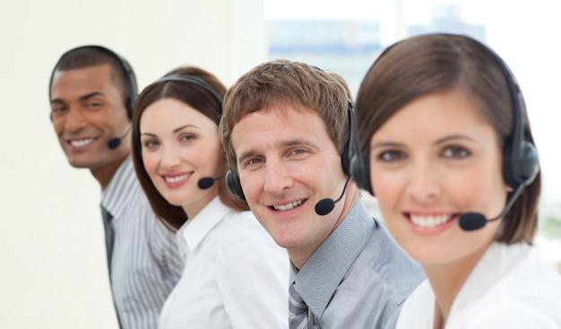 Glimlachende medewerkers van de klantenservice met een koptelefoon op