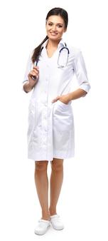 Glimlachende medische arts die op wit wordt geïsoleerd