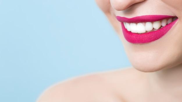 Glimlachende meisjes met mooie en gezonde tanden. detailopname.