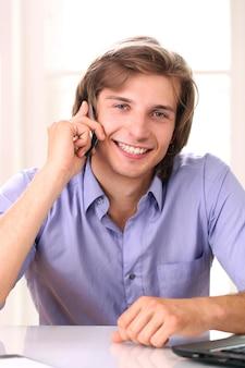 Glimlachende mens die door cellphone spreekt