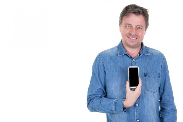 Glimlachende mens die lege telefoon met het lege zwarte scherm houdt dat op wit wordt geïsoleerd
