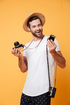 Glimlachende mens die lens voor zijn camera bekijkt