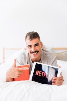 Glimlachende mens die met popcorn netflix-plaats adverteren