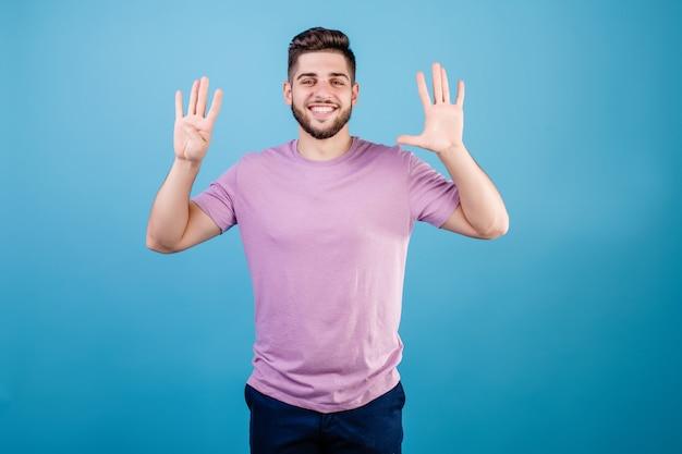 Glimlachende mens die negen vingers toont die op blauw worden geïsoleerd