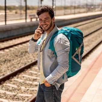 Glimlachende mens die op telefoon spreekt