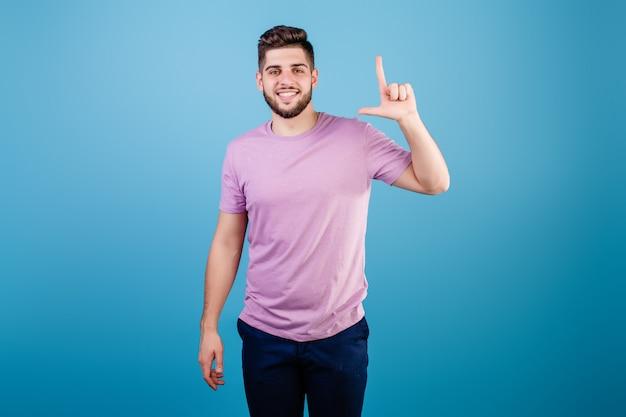 Glimlachende mens die twee vingers toont die op blauw worden geïsoleerd