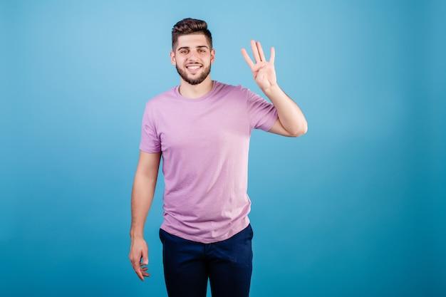 Glimlachende mens die vier vingers tonen die op blauw worden geïsoleerd