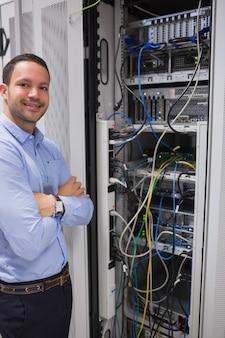 Glimlachende mens die zich voor servers bevindt