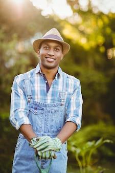 Glimlachende mens in de tuin die weg eruit zien