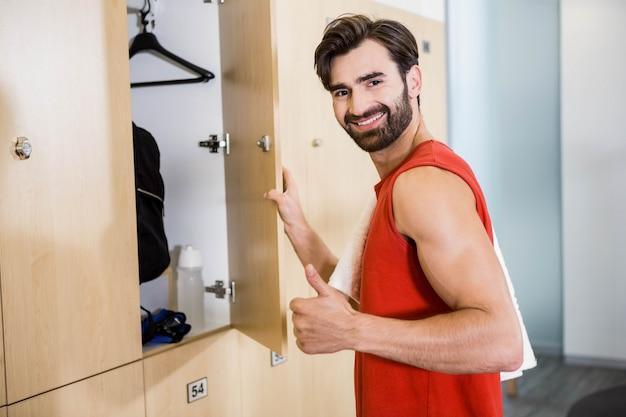 Glimlachende mensen openingskast in de gymnastiek