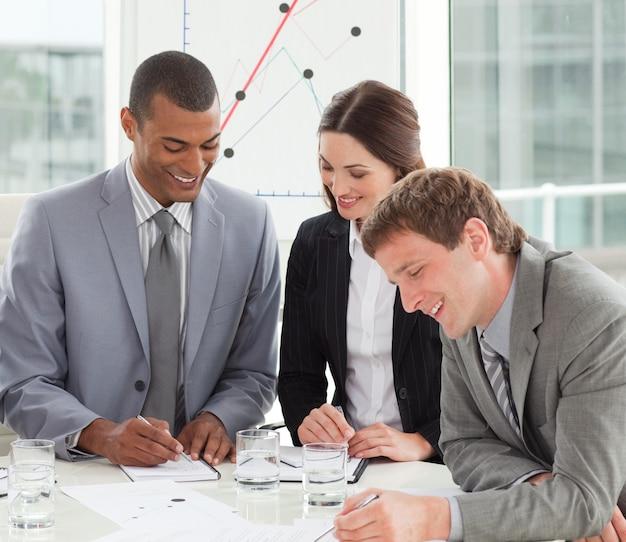 Glimlachende mensen uit het bedrijfsleven tijdens een bijeenkomst