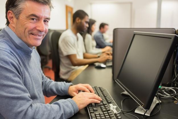 Glimlachende mensenzitting voor de computer