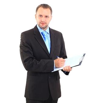 Glimlachende moderne zakenman die leeg klembord in handen houdt die op wit worden geïsoleerd