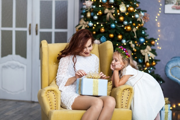 Glimlachende moeder en dochter met geschenkdoos