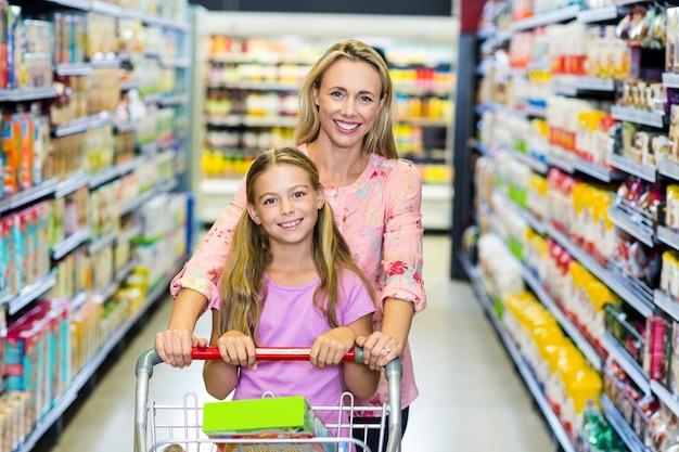 Glimlachende moeder en dochter
