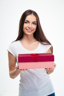 Glimlachende mooie de giftdoos van de vrouwenholding