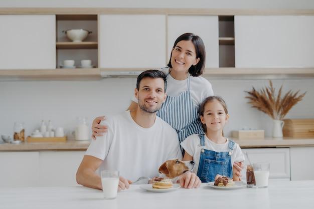 Glimlachende mooie moeder en echtgenoteembleem met liefdedochter en echtgenoot