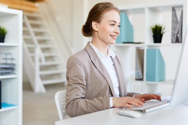Glimlachende mooie ondernemer op het werk