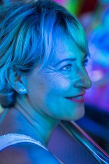 Glimlachende mooie vrouw die weg bekijkt