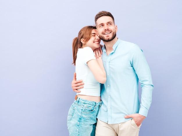 Glimlachende mooie vrouw en haar knappe vriendje