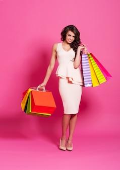 Glimlachende mooie vrouw met boodschappentassen