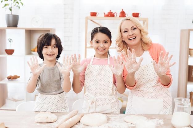 Glimlachende oma met kinderen die camera bekijken