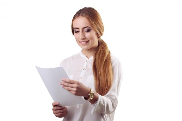 Glimlachende onderneemster die document documenten leest. allemaal geïsoleerd op een witte muur