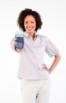 Glimlachende onderneemster die een calculator houdt