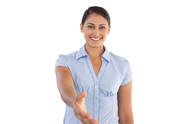 Glimlachende onderneemster die haar hand outstretching