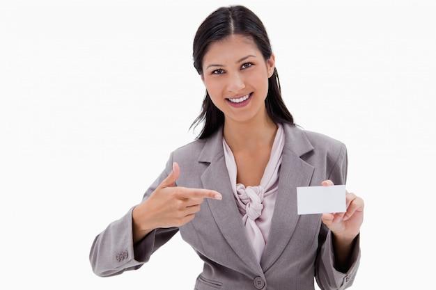Glimlachende onderneemster die op leeg adreskaartje richt
