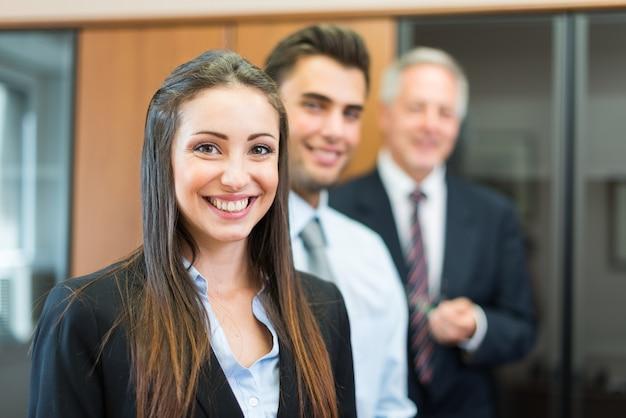 Glimlachende onderneemster en haar collega's