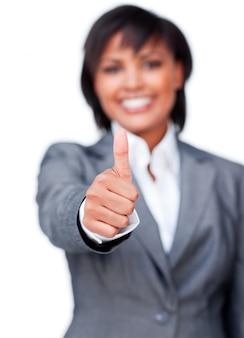 Glimlachende onderneemster met duim die omhoog bij de camera glimlacht