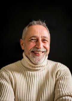 Glimlachende oude mens met grijs haar