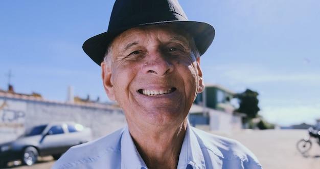 Glimlachende oudere man die naar de camera kijkt