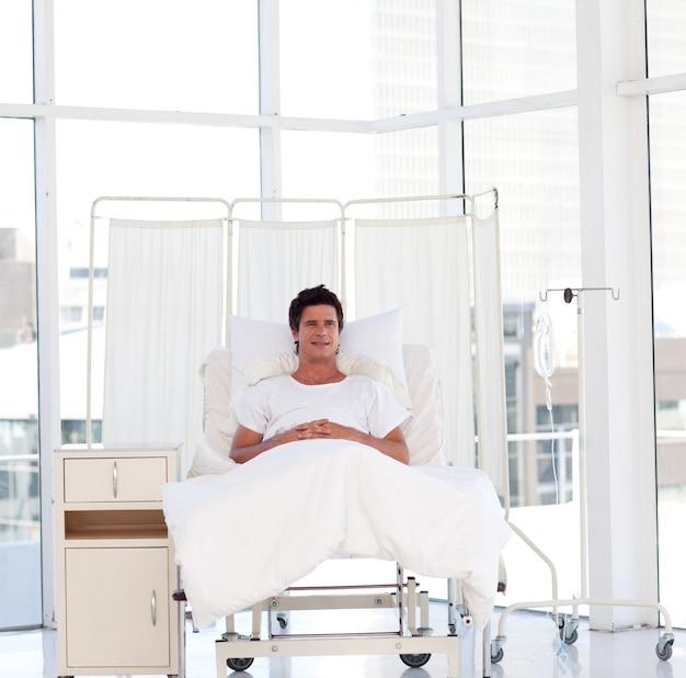 Glimlachende patiënt die in het ziekenhuis terugkrijgt