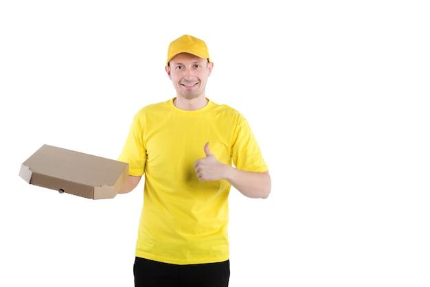 Glimlachende pizzabezorger op gele uniforme witte achtergrond