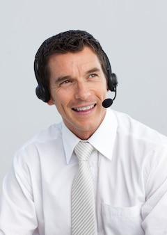 Glimlachende rijpe mens die in een call centre werkt