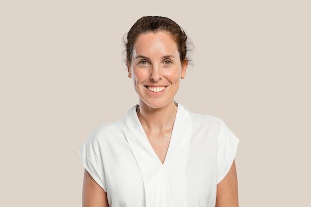 Glimlachende rijpe vrouw in een wit overhemd