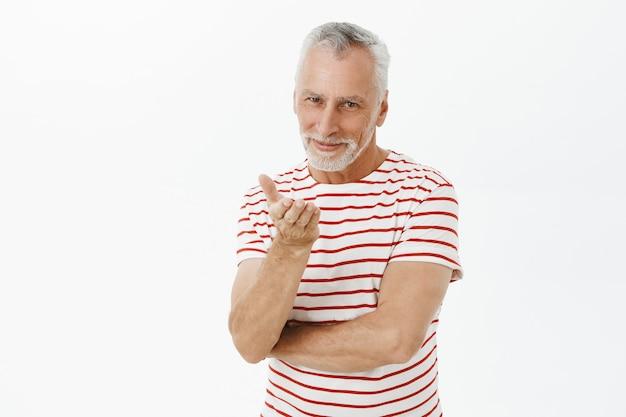 Glimlachende romantische bejaarde echtgenoot die luchtkus verzendt