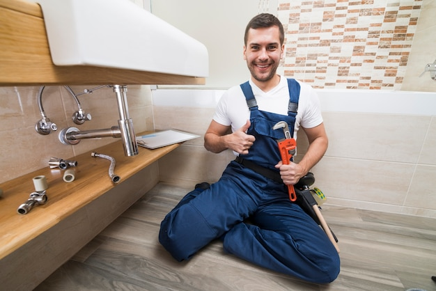 Glimlachende sanitaire technicus gesturing duim omhoog