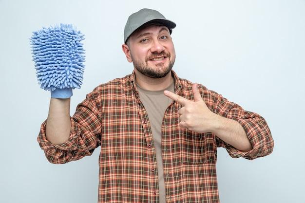 Glimlachende schonere man houden en wijzend op microfiber reinigingshandschoen