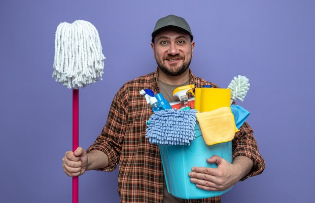 Glimlachende slavische schonere man met reinigingsapparatuur en dweil