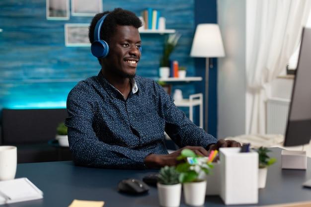 Glimlachende student die hoofdtelefoon draagt die muziek luistert