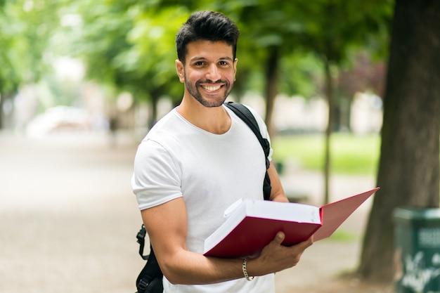 Glimlachende student openlucht in een universiteitsbinnenplaats