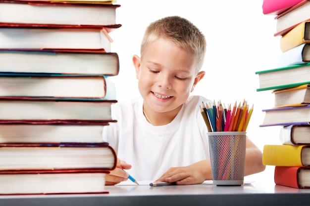 Glimlachende student tekening met een blauw krijt