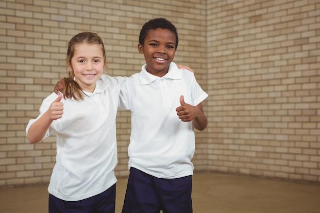 Glimlachende studenten met omhoog duimen
