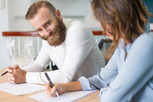 Glimlachende succesvolle manager die van bedrijfs opleiding geniet